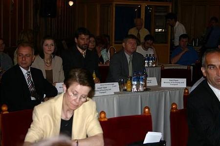 A Gazdasági és Közlekedési Minisztérium küldöttsége (háttérben)