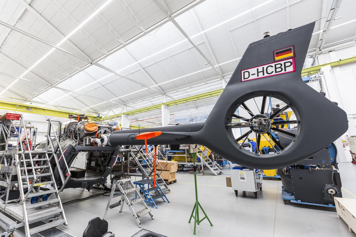 Összeszerelés alatt álló, magyar megrendelésre készülő H145M katonai helikopter a donauwörthi Airbus-üzemben. A gépet átmenetileg német felségjellel és lajstromjellel látták el. Fotó: Christian Keller, Airbus Helicopters