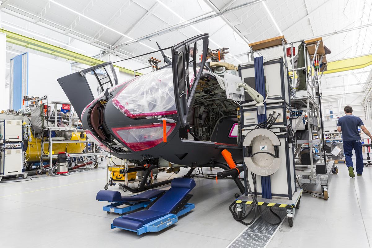 Összeszerelés alatt álló H145M elölről. Fotó: Christian Keller, Airbus Helicopters