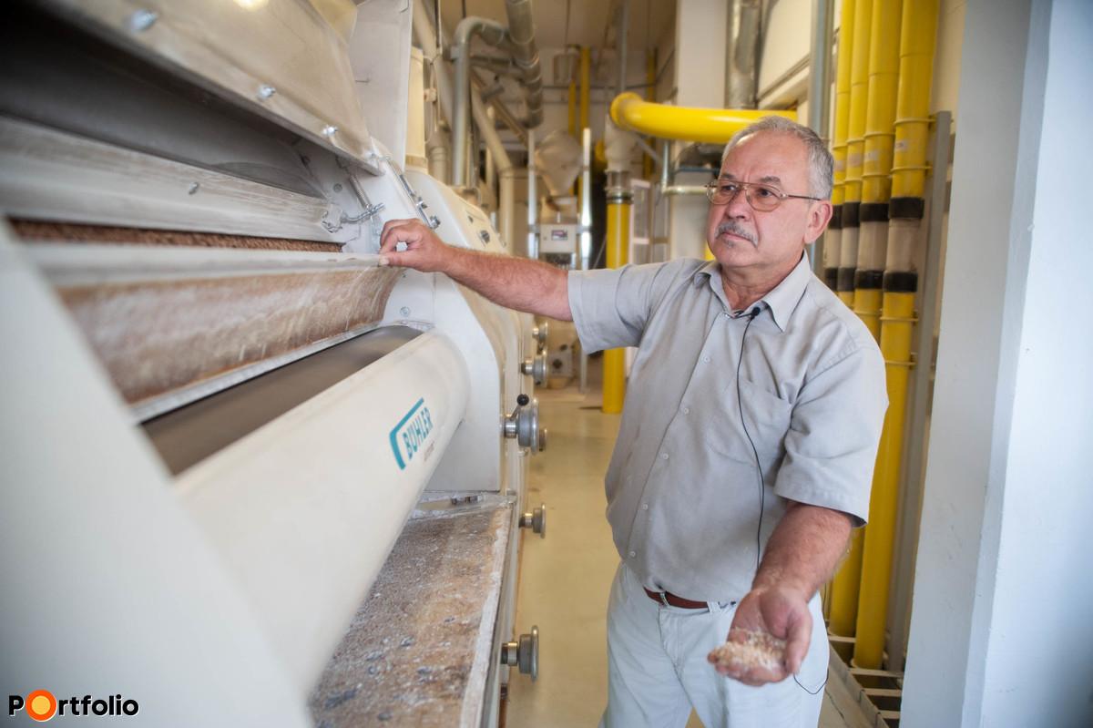 A malom vezetője, Kökény István molnár, agrármérnök szerint az aratás elején mindig a kisebb termelők érkeznek.