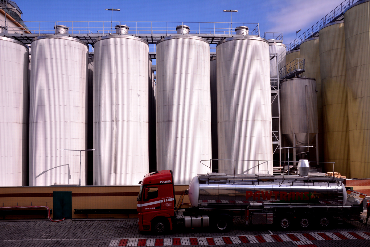 A friss tanksört kamionnal szállítják a kocsmákba.