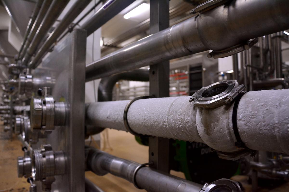 Az élesztő hozzáadása után légmentes csőrendszeren keresztül folyik a sör.