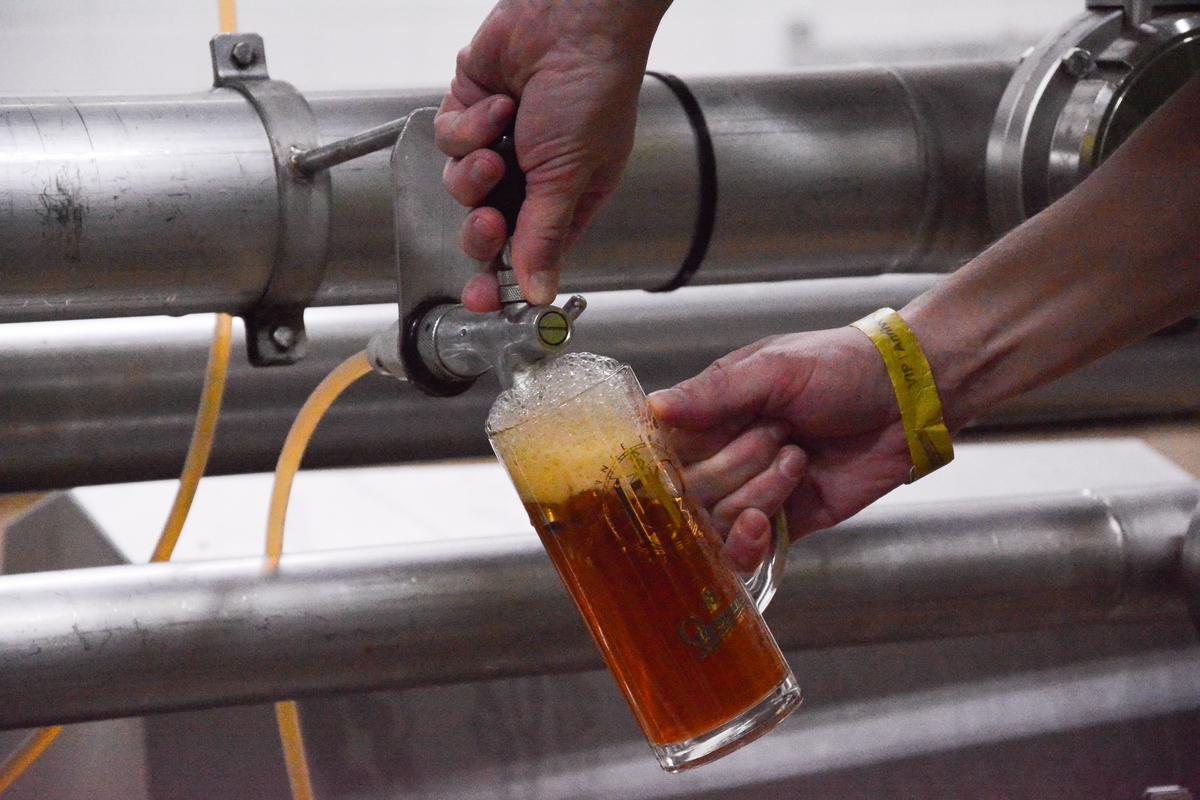 10 napos granát sör, frissen a tartályból.