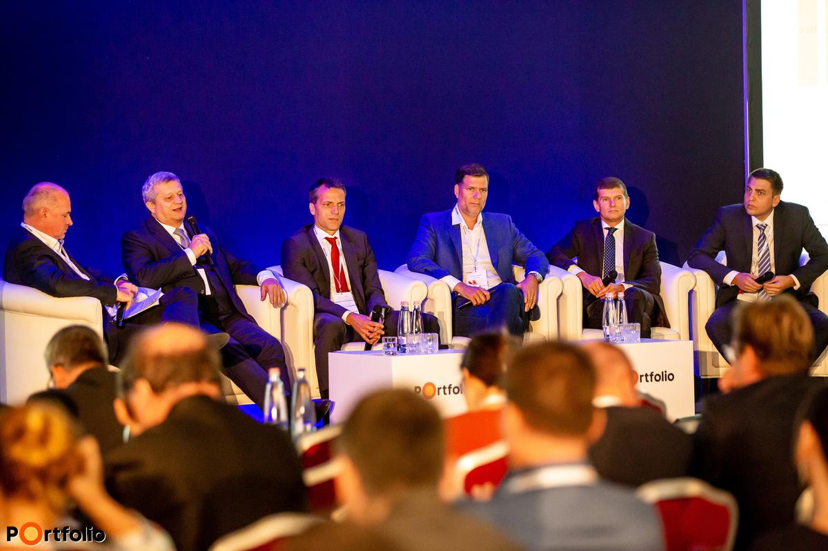Hogyan tudják felvenni a hozamversenyt a befektetési alapok, az ingatlanok és a részvények a lakossági állampapírokkal? A beszélgetés résztvevői balról jobbra, a moderátor Raveczky Zsolt (igazgatósági tag, UNION Biztosító), Dr. Borbély László András (pénzforgalmi elnökhelyettes, Magyar Államkincstár), Ralf Cymanek (vezérigazgató-helyettes, Raiffeisen Bank Zrt.), Doron Dymschiz (társ- vezérigazgató, Duna House Holding Nyrt.), Morafcsik László (vezérigazgató-helyettes, az Igazgatóság tagja, Fundamenta-Lakáskassza), Pallag Róbert (befektetésekért felelős vezető, Generali Alapkezelő Zrt.)