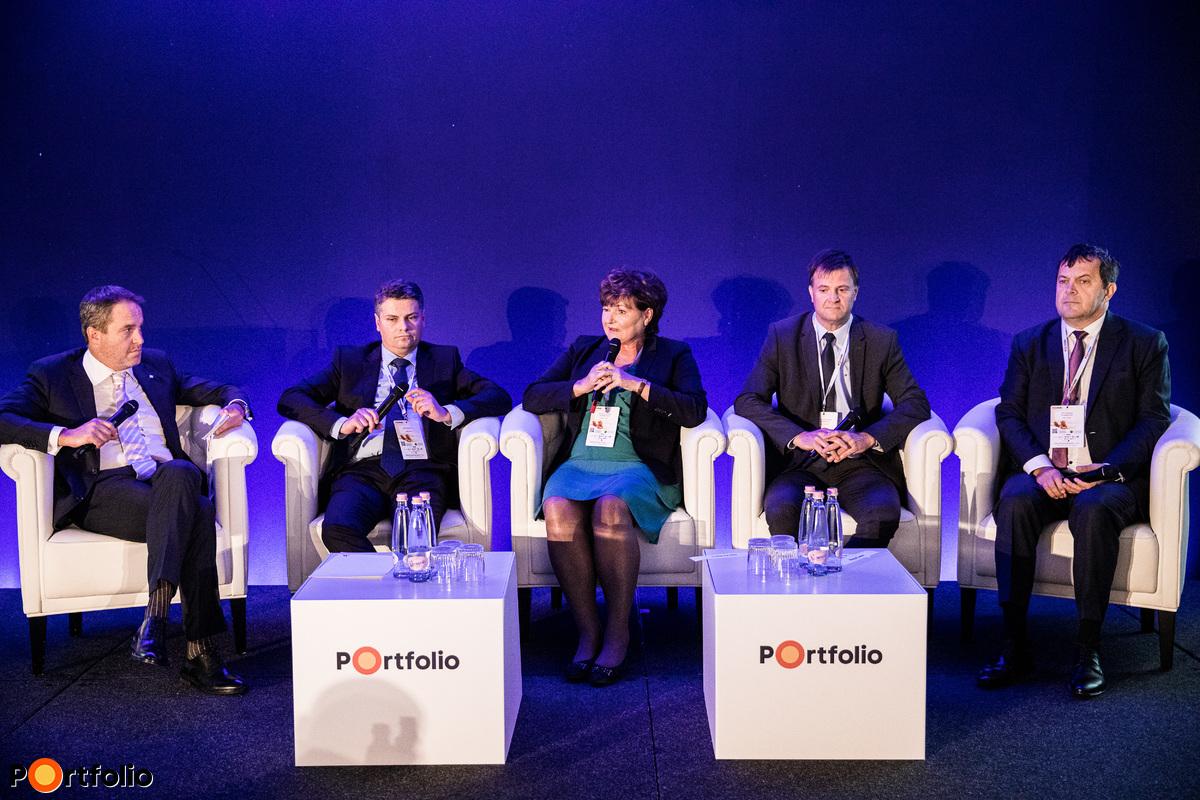 Teljesítmény, hozamok, verseny – Megmérettetjük a hazai nyugdíjpénztárakat. A beszélgetés résztvevői balról jobbra, a moderátor Országh Mihály (Specializált Pénzügyi Szolgáltatások igazgatóságának vezetője, K&H Bank), Czene Árpád (igazgatósági tag, NN Biztosító), Hardy Ilona (alapító, IT-elnök, Aranykor Önkéntes Nyugdíjpénztár), Dr. Kravalik Gábor (elnök, ügyvezető, Pénztárszövetség, Allianz Egészségpénztár), Nagy Csaba (ügyvezető igazgató, OTP Önkéntes Nyudíjpénztár, Pensions Europe IT tagja)