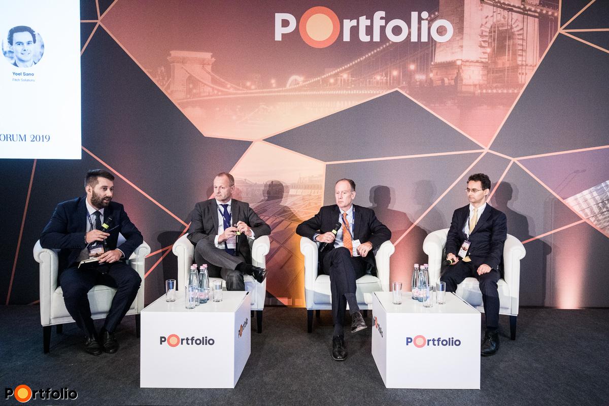A következő 20 év: hosszú távú kilátások. A beszélgetés résztvevői: Yoel Sano (Head of Global Political and Security Risk, Fitch Solutions), Nick Price (Team Leader, Fidelity's Emerging Markets Equity), Steen Jakobsen (vezető közgazdász, befektetési igazgató, Saxo Bank) és a moderátor, András Bence (szenior tanácsadó, pénzügyi kockázatkezeléssel foglalkozó üzletág, EY Magyarország)