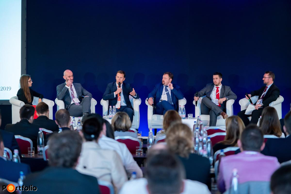 Panelbeszélgetés: Magyar gázhelyzet - Egyre több a lehetőség, de van-e valódi választásunk? A beszélgetés résztvevői balról jobbra:  Szekeres Eszter (Executive Director, Wholesale Operations and Optimization, MET Central Europe), Moldován Félix (Energia és Klímadiplomáciai főosztály, főosztályvezető-helyettes, Külgazdasági és Külügyminisztérium),  Kovács Kristóf (Energiapiaci tanácsadó, Hegymegi-Barakonyi és Társa - Baker & McKenzie Ügyvédi Iroda),  Franck Neel (Executive Board Member responsible for Downstream Gas, OMV Petrom),   Fehér Róbert (üzletfejlesztési tanácsadó, FGSZ Zrt.),  és a moderátor: Pletser Tamás CFA (EMEA olaj- és gázipari elemző, Erste Befektetési Zrt.)