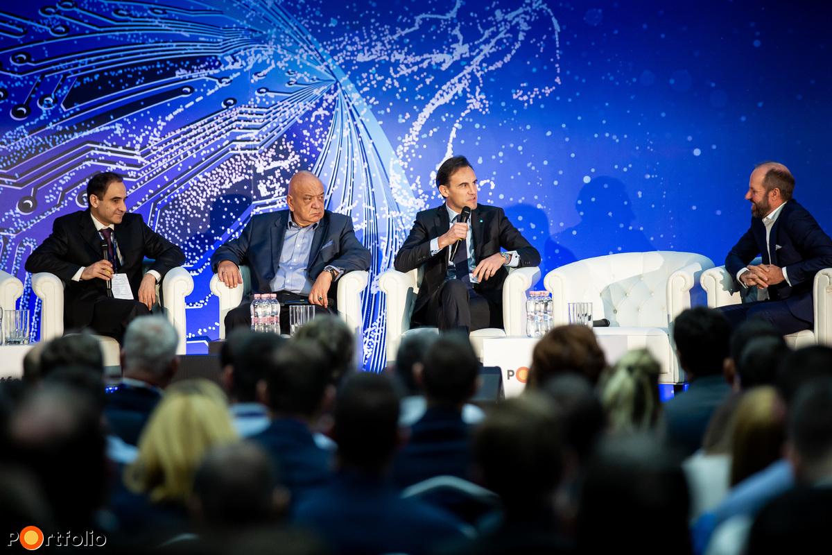 Panelbeszélgetés: Fintech guruk a bankolás jövőjéről. A beszélgetés résztvevői balról jobbra: Yossi Hermush (VP Product Management, AI Group, Citi Innovation Lab - Tel Aviv), David Moucheron (vezérigazgató, K&H Bank), Anthony Radev (Director emeritus, McKinsey & Company) és a moderátor Dr. Vinnai Balázs (elnök, W.UP)