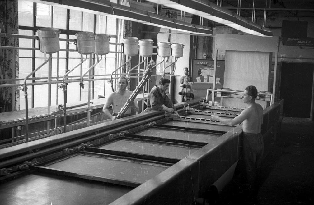 (1959) Fényes Adolf utca, Goldberger Textilgyár, a magyar textilipar első automata Stork gyártmányú síkfilmnyomógépe, Forrás: Fortepan