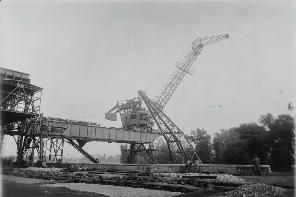 (1949) 5 tonnás portáldaru MSZHRT uszályról való kiemelése után az Óbudai Gázgyár dunai rakodójánál, Forrás: Fortepan, Leltári jelzet, MMKM TFGY 2017.1.1398.
