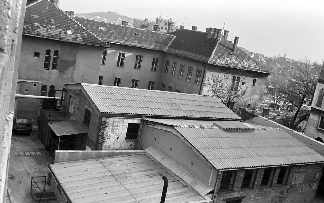 (1974) Csörsz utca, a Magyar Optikai Művek (MOM) területe, a kép jobb szélén az igazgatósági épület. Háttérben a Gellért-hegy. Forrás: Fortepan