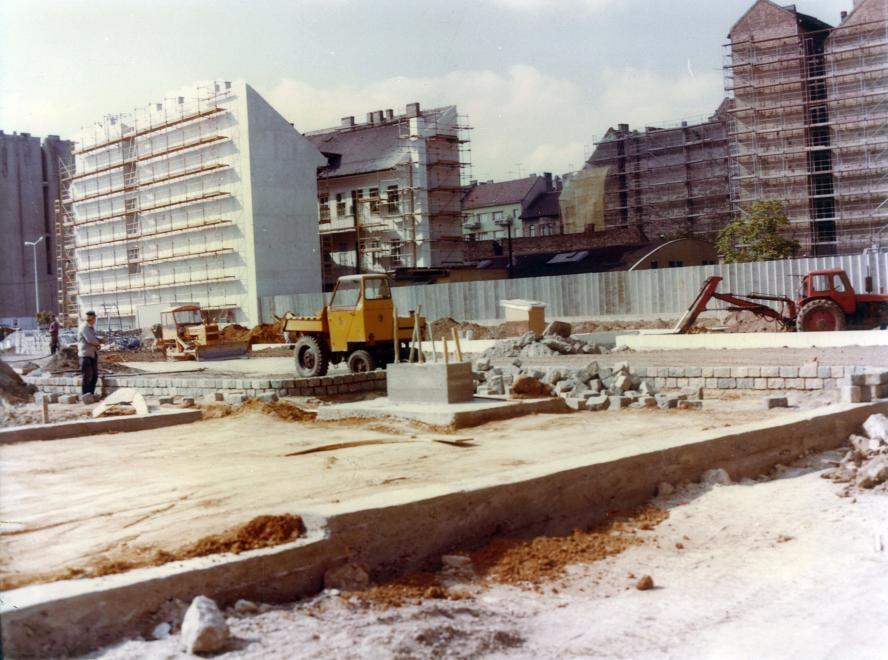 (1980) Margit körút (Mártírok útja), tereprendezés a mai Mammut 2 helyén, jobbra a Fény utca 15. tűzfala. Forrás: Fortepan