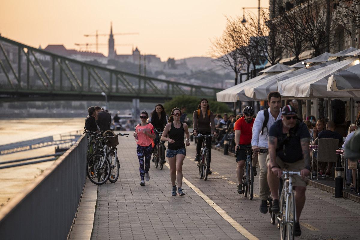 Kerékpárosok és futók a budapesti Bálnánál 2020. május 18-án. Fotó: MTI/Mónus Márton