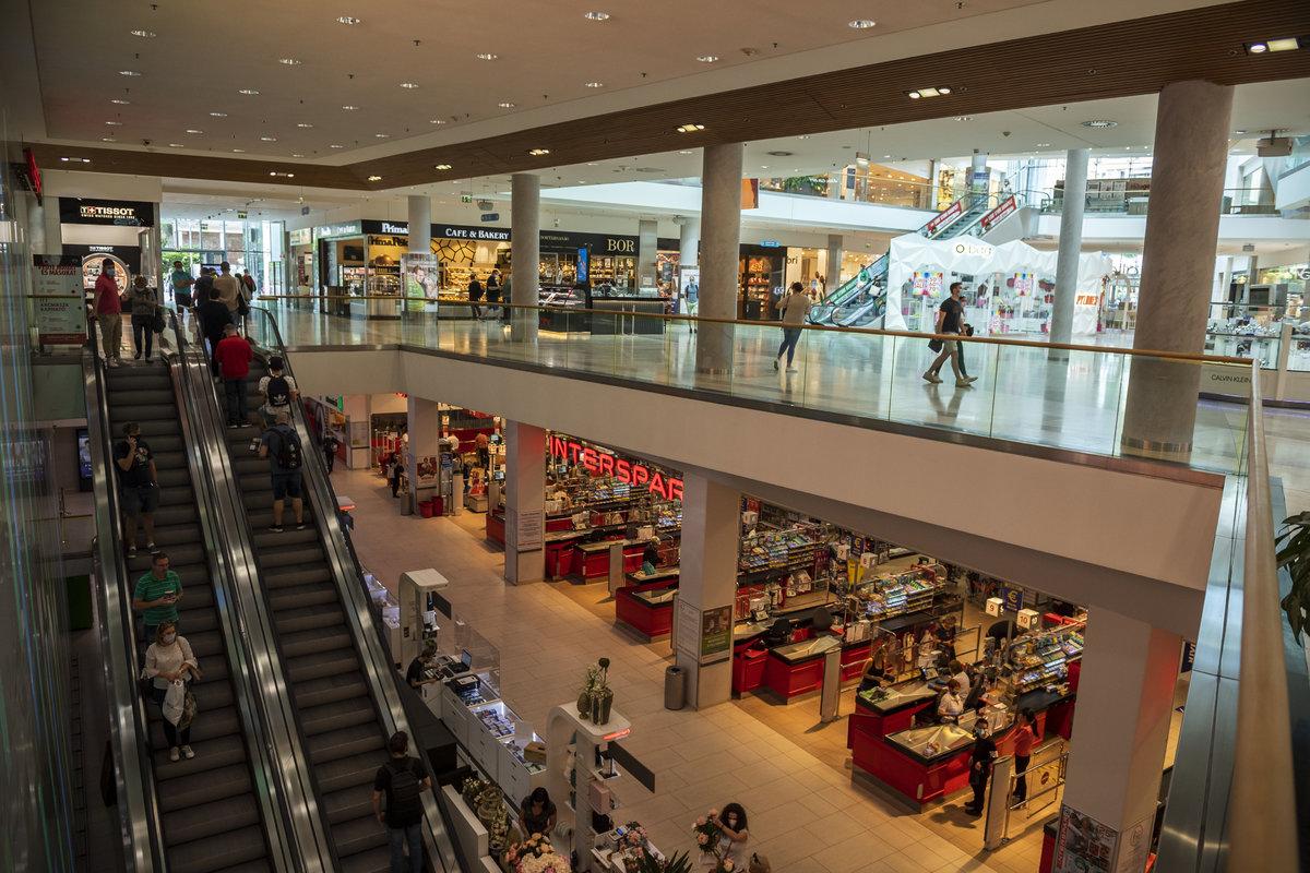 Vásárlók az Allee bevásárlóközpontban 2020. május 18-án. Fotó: MTI/Mónus Márton