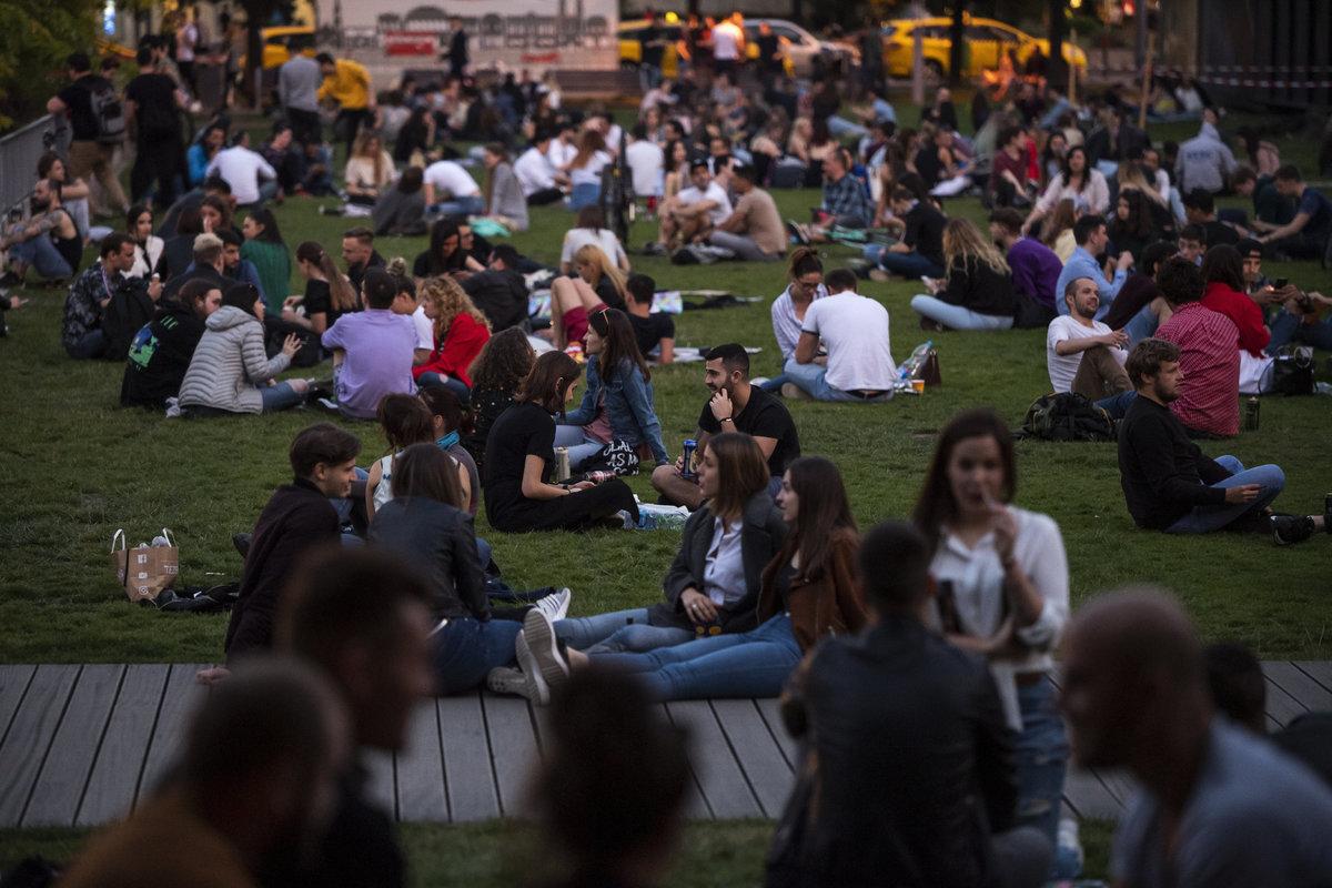 Emberek a belvárosi Erzsébet téren 2020. május 18-án. Fotó: MTI/Mónus Márton