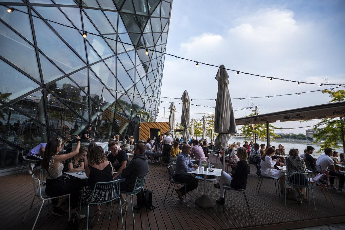 Vendégek egy vendéglátóhely teraszán a budapesti Bálnánál 2020. május 18-án. Fotó: MTI/Mónus Márton