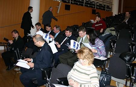 Elhelyezkednek a sajtósok az ülésteremben