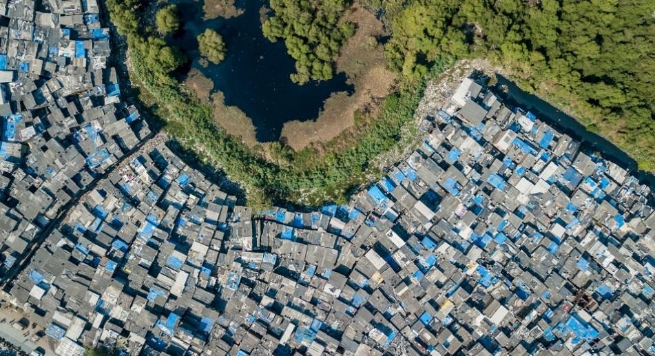 Mahim park és a vele szomszédos Dharavi nyomornegyed, Mumbai, India