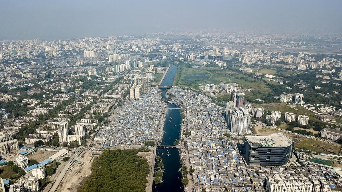 A Mithi folyó mentén haladó Dharavi nyomornegyed, Mumbai, India