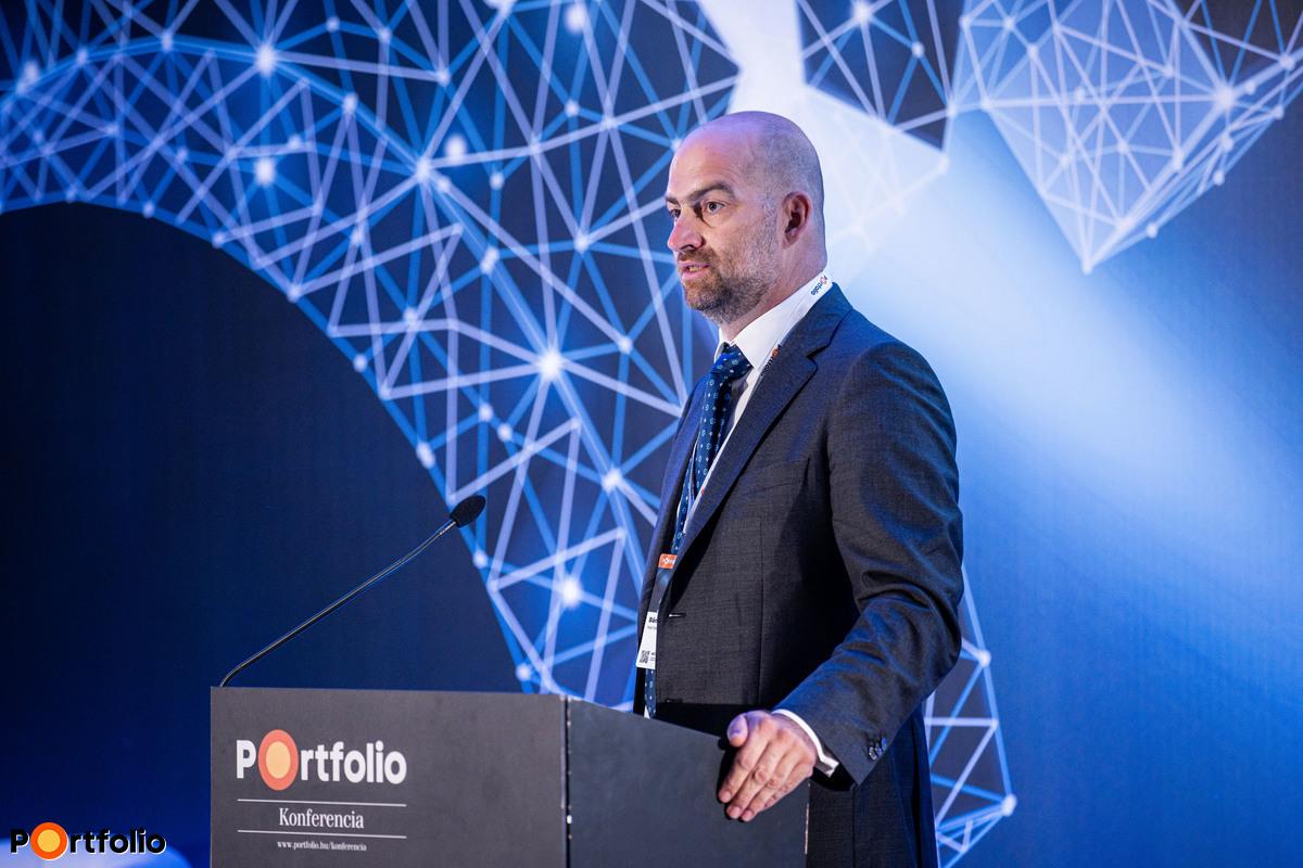 Bán Zoltán, a Net Média Zrt. (Portfolio) vezérigazgatója nyitotta meg a Hitelezés 2020 hibrid konferenciát. Szimultán köszöntötte a vendégeket a helyszínen és a virtuális térben, azaz offline és online.
