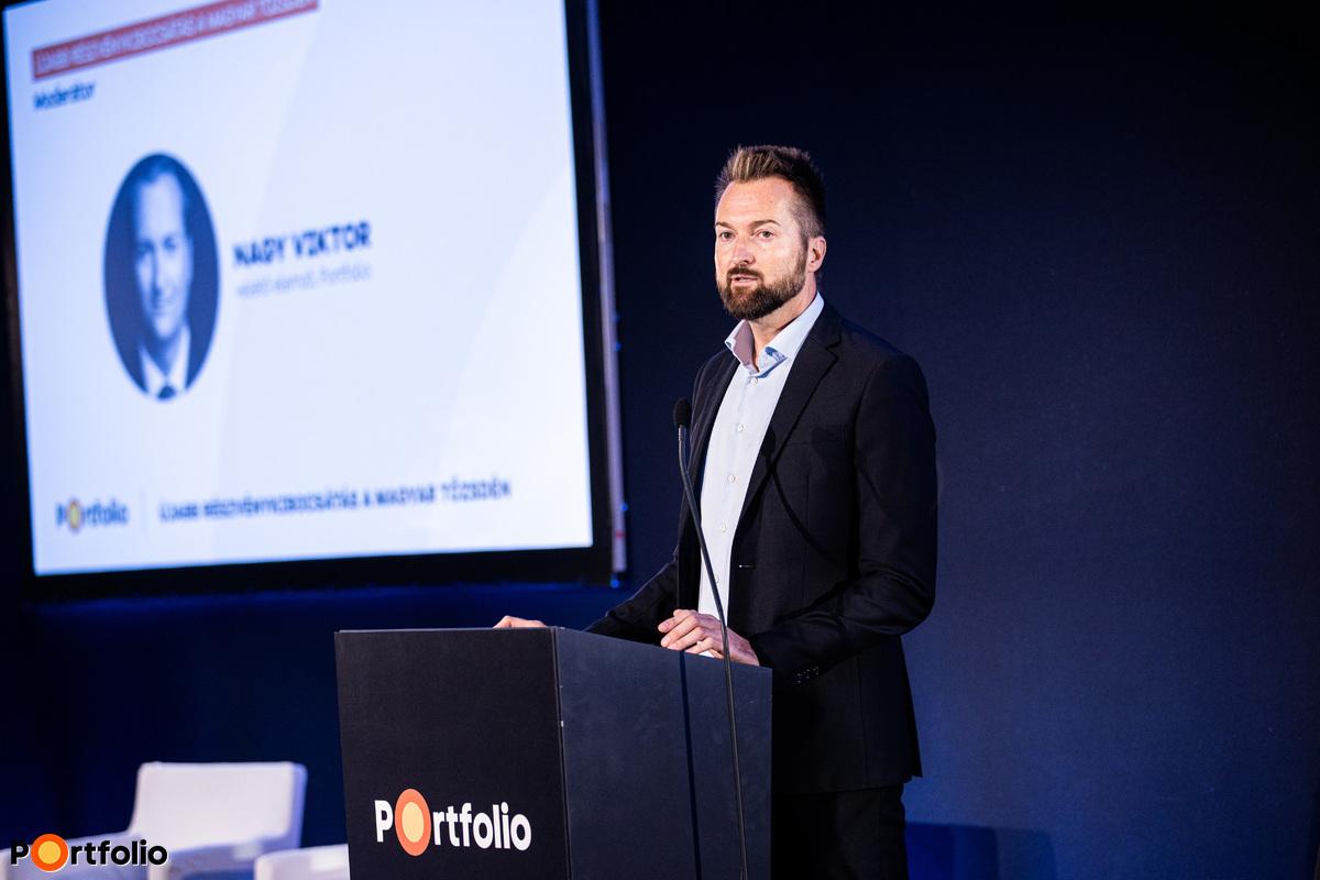 Nagy Viktor, a Net Média Zrt. (Portfolio) vezető elemzője nyitotta meg a hibrid klubot. Szimultán köszöntötte a vendégeket a helyszínen és a virtuális térben, azaz offline és online.