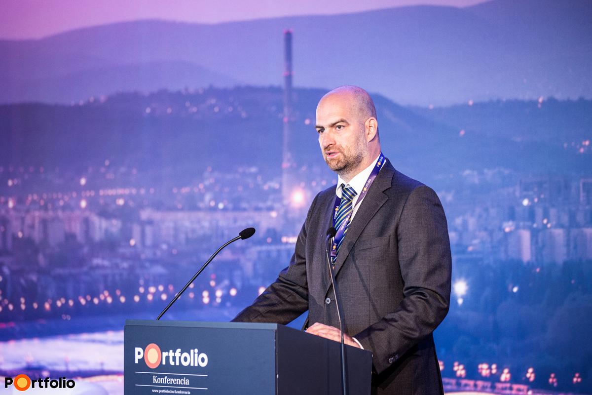 Bán Zoltán, a Net Média Zrt. (Portfolio) vezérigazgatója nyitotta meg a Budapest Economic Forum 2020 hibrid konferenciát. Szimultán köszöntötte a vendégeket a helyszínen és a virtuális térben, azaz offline és online.