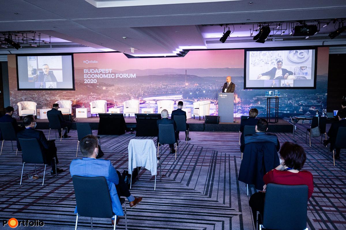 Milyen hatással lehet a járvány a magyar cégek életére? A beszélgetés résztvevői: Orbán Gábor (vezérigazgató, Richter Gedeon), Sinkó Ottó (vezérigazgató, Videoton Holding ZRt.) és a moderátor, Bán Zoltán (vezérigazgató, Net Média Zrt. (Portfolio))