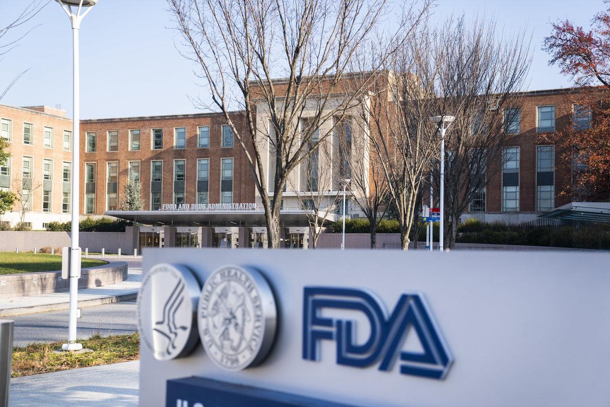 Az amerikai Élelmiszer- és Gyógyszerfelügyelet (FDA) székháza a Maryland állambeli Silver Springben 2020. december 10-én. A felügyelet szakértői arról tanácskoznak, javasolják-e a Pfizer és a BioNTech vállalatok koronavírus ellen közösen kifejlesztett oltóanyagának engedélyezését az Egyesült Államokban. MTI/EPA/Jim Lo Scalzo