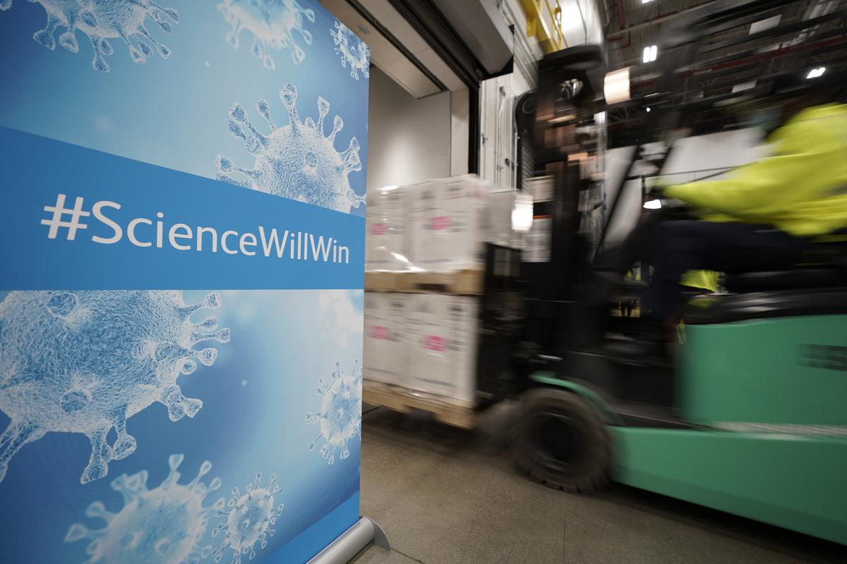 A teherautókhoz szállítják a dobozokat. Morry Gash - Pool/Getty Images