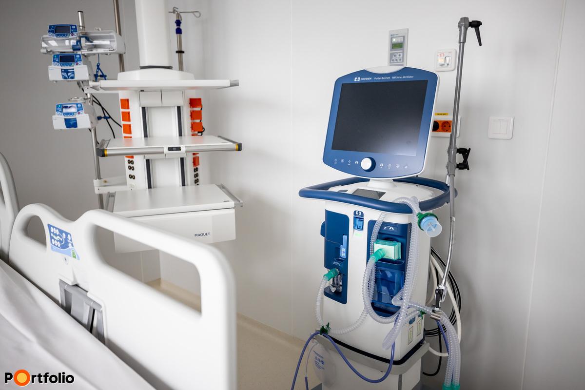 Lélegeztetőgép az intenzív osztályon.