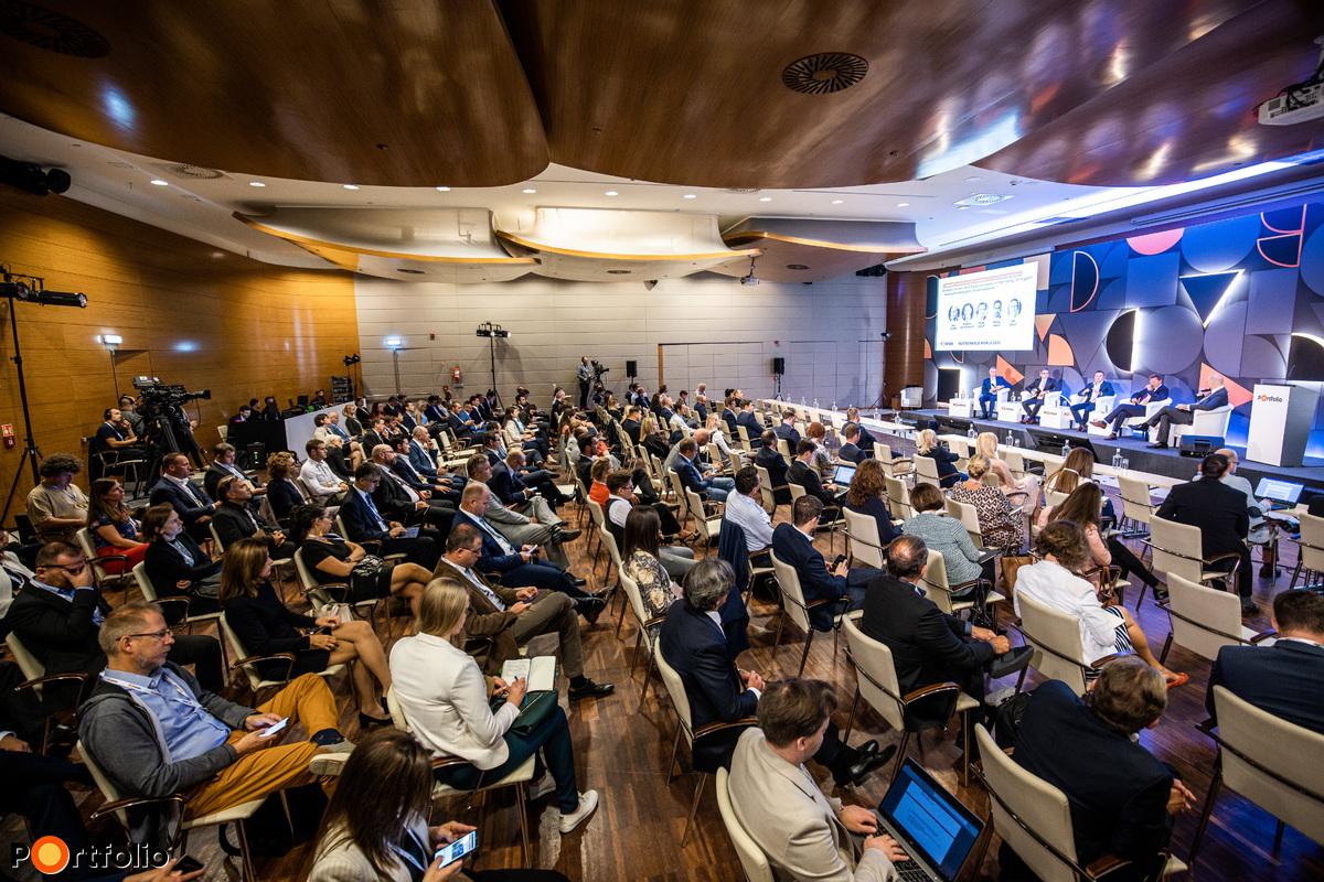 Több, mint 350 fővel került megrendezésre a Sustainable World 2021 hibrid konferenciája. Maximális helyszíni biztonság és a megszokott magas szakmai színvonal a helyszínen és a virtuális térben is.
