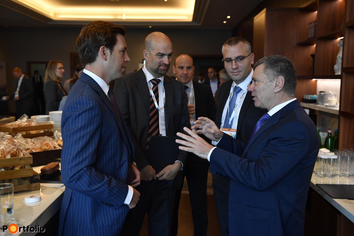 Vezérek egymás között a szünetben. Balról jobbra: Katona Bence (Hiventures), Bán Zoltán (Net Média - Portfolio), Sipos-Tompa Levente (MFB Csoport), Wolf László (OTP Bank)