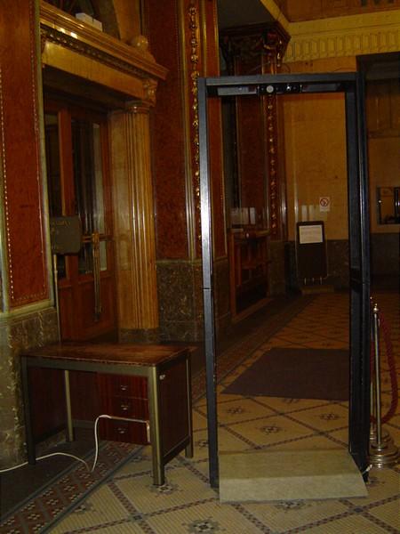 Szigorú beléptető rendszer a BÉT épületében