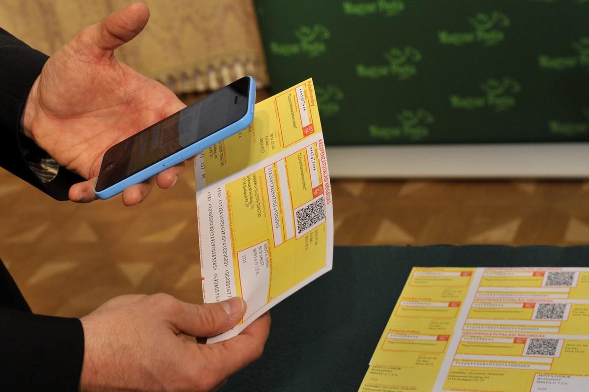 Szarka Zsolt, a Magyar Posta Zrt. vezérigazgatója bemutatja az icsekk fizetéséhez szükséges, mobiltelefonra tölthető applikációt budapesti sajtótájékoztatóján 2014. október 30-án. Kép forrása: MTI Fotó, Kovács Attila