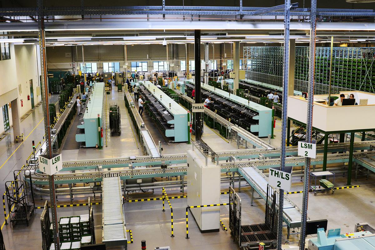 A posta budaörsi logisztikai központja. 2014-ben megtörtént a levélfeldolgozó gépének cseréje.