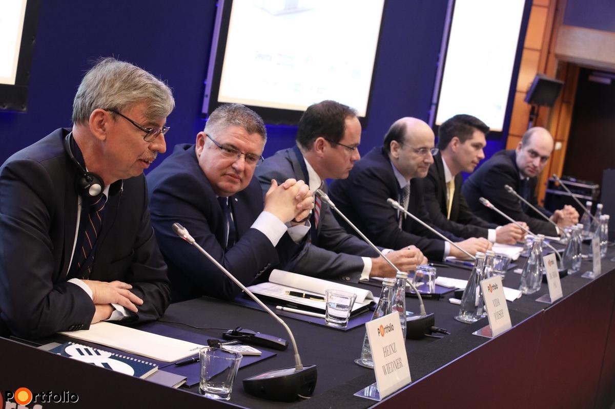 Heinz Wiedner (vezérigazgató,Raiffeisen), Vida József (Takarékbank elnök-vezérigazgató, FHB elnök), Simák Pál (CIB vezérigazgató), Bencsik András (OTP vezérigazgató-helyettes), Balog Ádám (MKB Bank vezérigazgató), Bán Zoltán (Net Média Zrt. vezérigazgató)