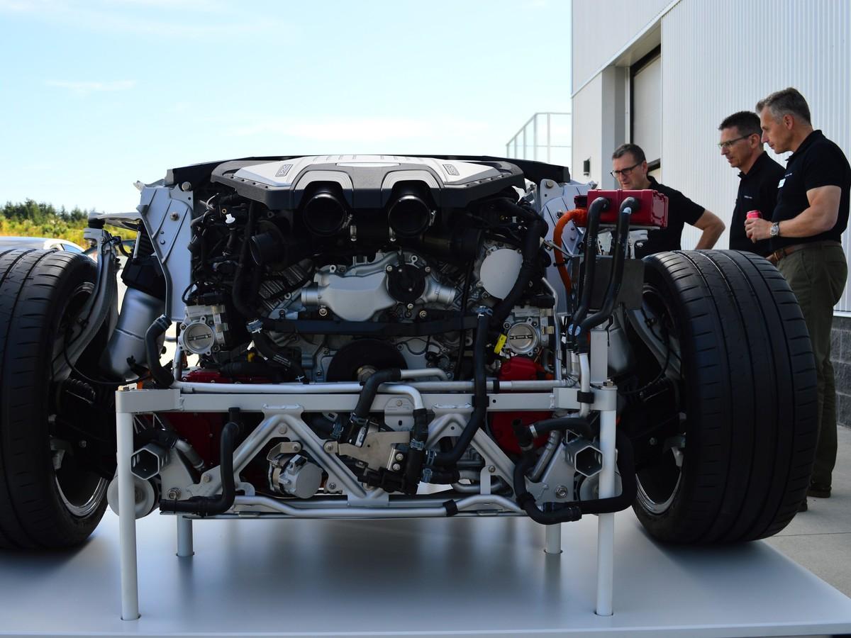 V8-as motor, a büszke német mérnökök társaságában