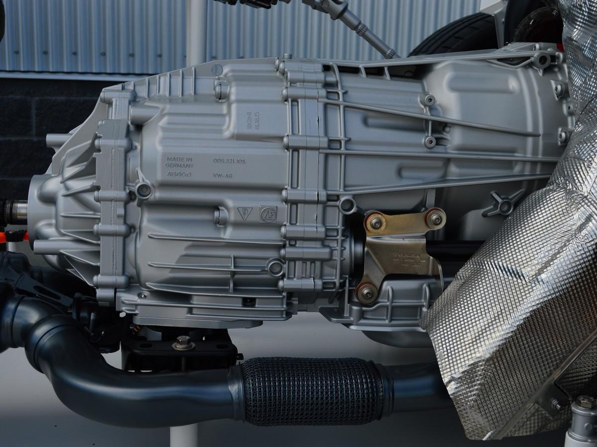 Szélsebes váltó a ZF-től, amellyel gyakorlatilag egybeépítették az elektromotort