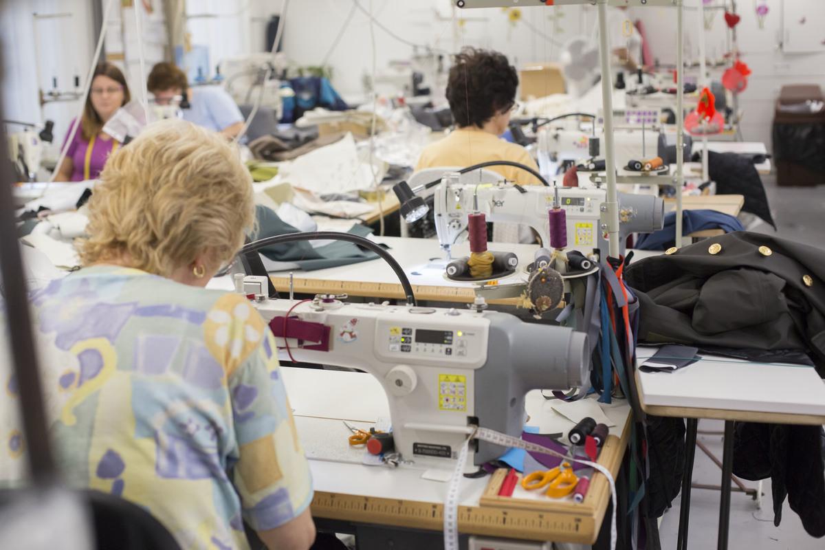 Nem egyszerű gyártás folyik, új anyagokkal kísérleteznek