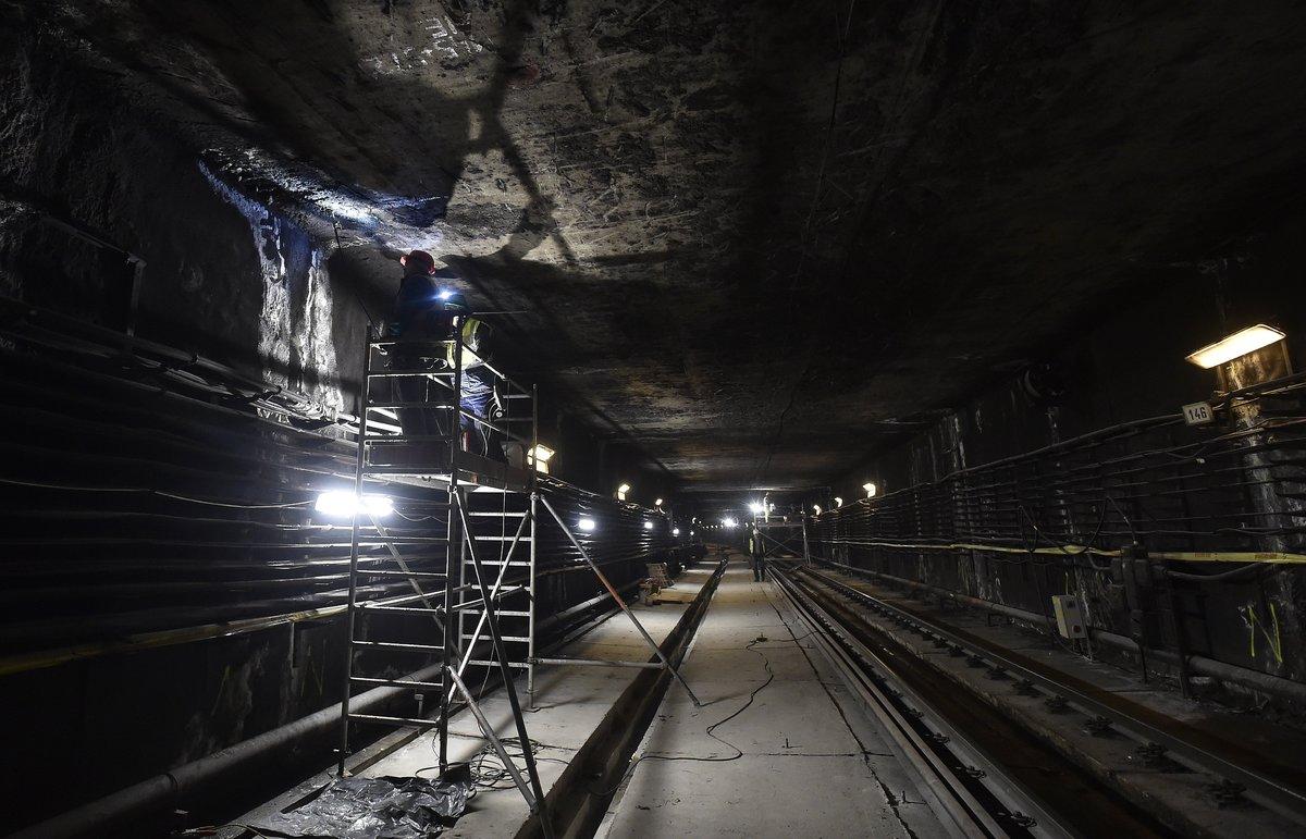 Munkások az alagútszakasz szigetelését végzik a 3-as metróvonal felújítás alatt lévő Újpest-központ és Újpest-városkapu közötti részen. MTI Fotó: Máthé Zoltán