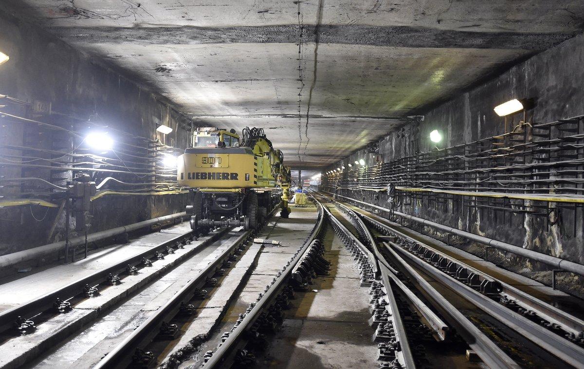 Markológép a 3-as metróvonal felújítás alatt lévő Újpest-központ megállóhelye egyik kihúzóvágányán. MTI Fotó: Máthé Zoltán