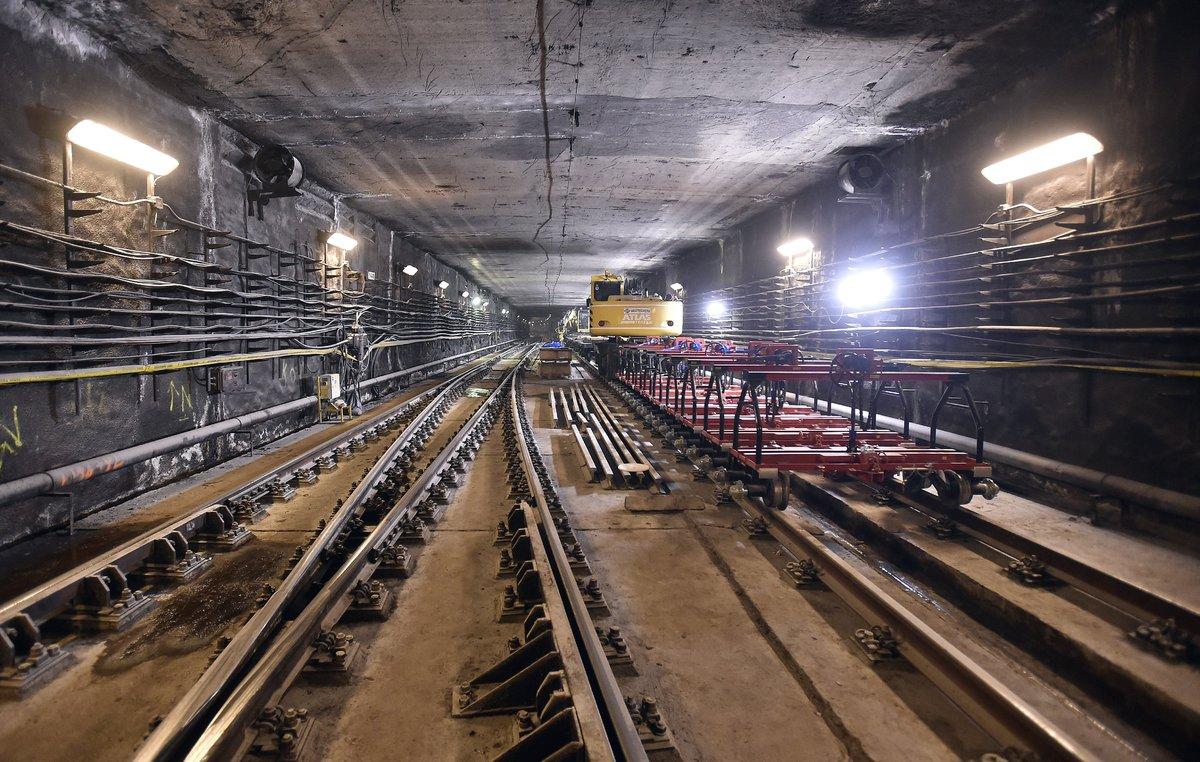 Sínszállító szerelvény a 3-as metróvonal felújítás alatt lévő Újpest-központ megállóhelye egyik kihúzóvágányán. MTI Fotó: Máthé Zoltán