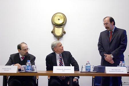 Balról jobbra: Farkas István, a PSZÁF elnöke, William H. Donaldson, az amerikai tőzsdefelügyelet (SEC) elnöke, Horváth Zsolt, a BÉT vezérigazgatója
