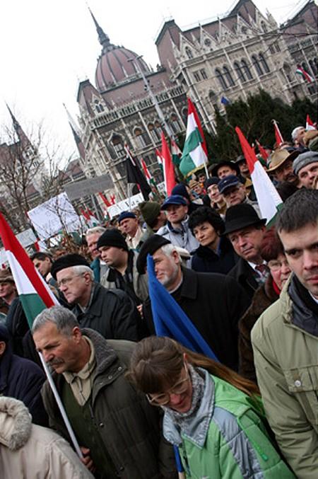 Tüntető gazdák és szimpatizánsok a Parlamentnél