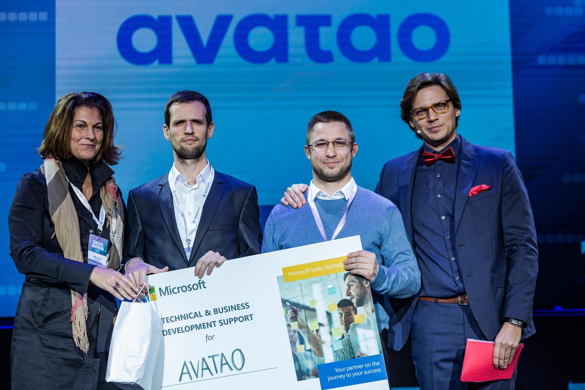 A scalup kategória nyertesei, az Avatao alapítói Bábel Gabriellától, a Microsoft ügyvezető igazgatójától veszik át a díjat